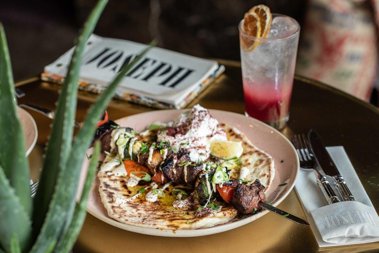 Teller mit Essen und Getränk auf einem Tisch im Joseph Restaurant